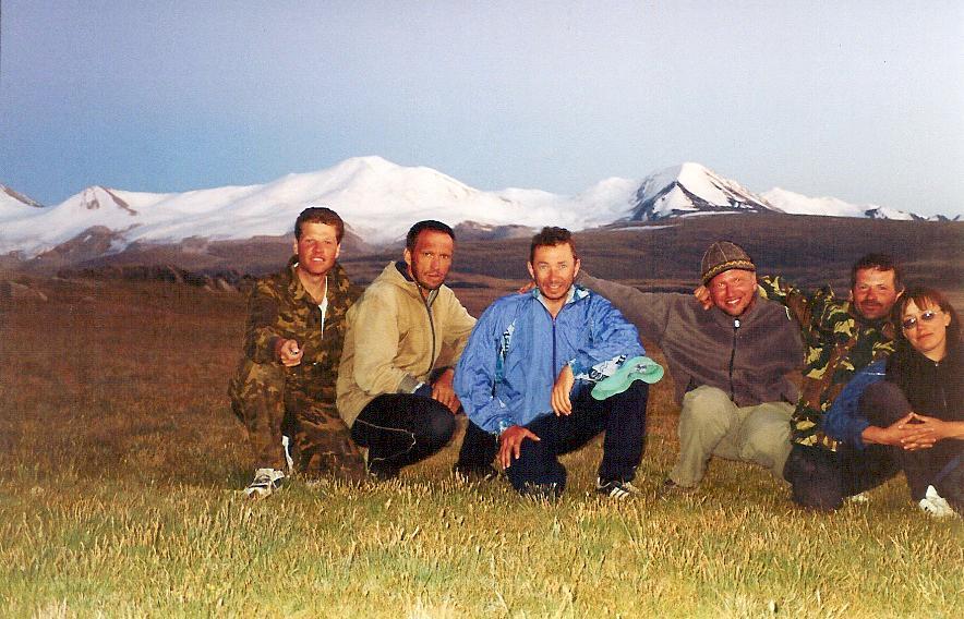 На фоне гор Монгольского Алтая в лучах уходящего солнца слева направо: